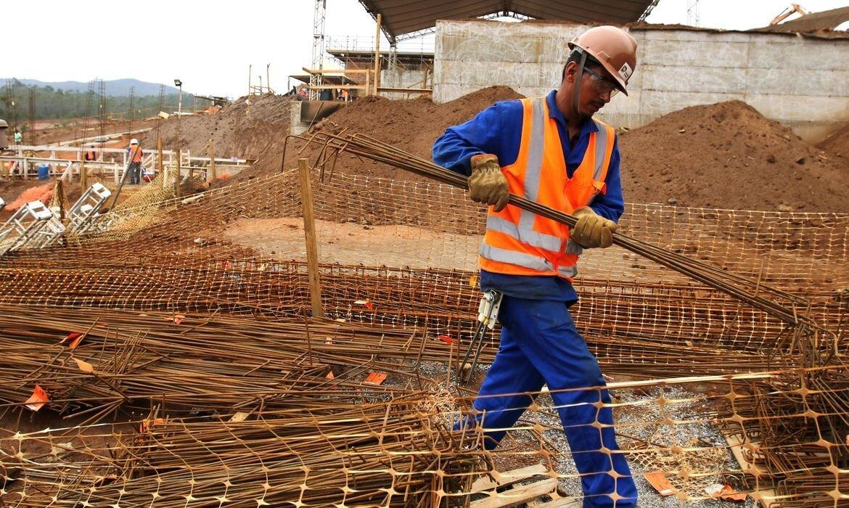 Trabalhador-da-construo-civil-carregando-pequenas-vigas-de-ao