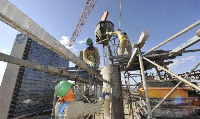 Trabalhadores-da-construo-civil-construindo-uma-obra